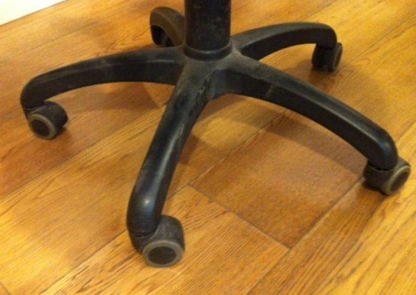 החלפת גלגלי גומי לכסא משרדי